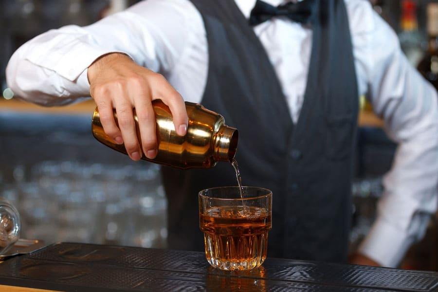 Barkeeper mischt einen Drink