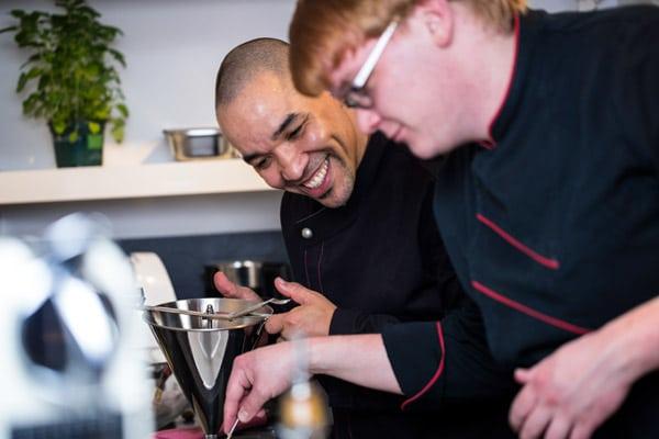 Zwei Mitarbeiter von Kitchentalk Catering beim kochen