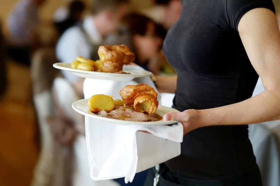 Bedienung mit Essen auf einem Event