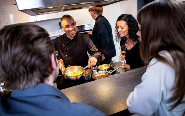 Live Cooking eines Mitarbeiters von Kitchentalk Catering