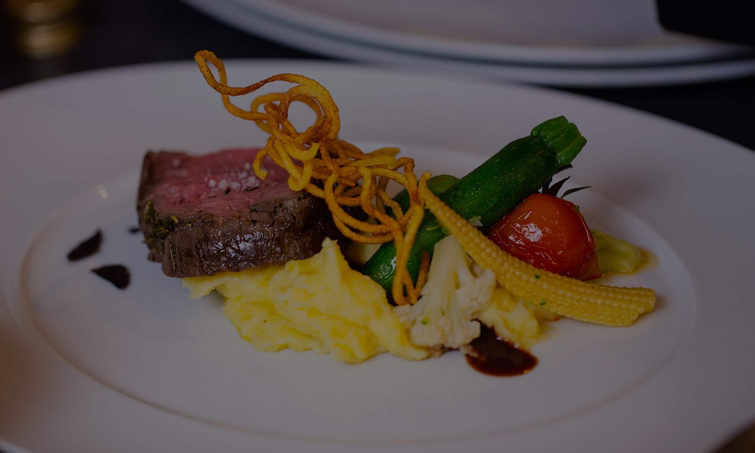 Steak mit Püree als Hauptgang von Kitchentalk Catering